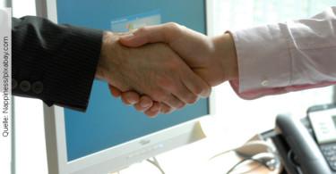 Duzen im Job, Händeschütteln, Quelle: Nappiness/pixabay.com