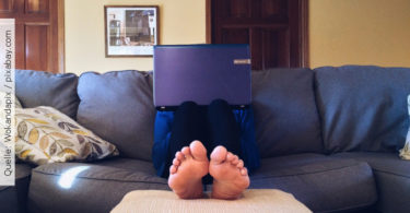 Work-life-blending_Laptop-auf-couch
