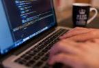 IT-Kenntnisse-im-Lebenslauf_finger-auf-tastatur