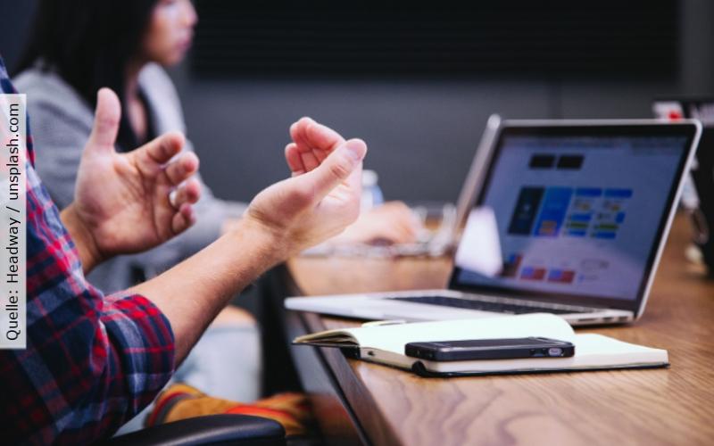 IT-Consultant_Laptop und Meeting