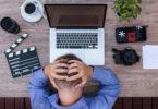Innere Kündigung_gestresster Mitarbeiter und Laptop