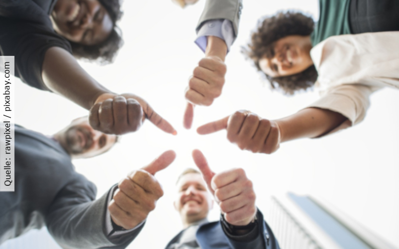 Diversity Management_Menschen im Kreis und halten Daumen hoch