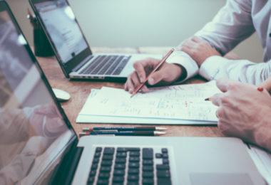 Probearbeit - Laptops und Notizen