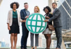 internationale Fachkräfte - internationales Team hält Welt