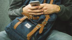 Smartphone und Rucksack